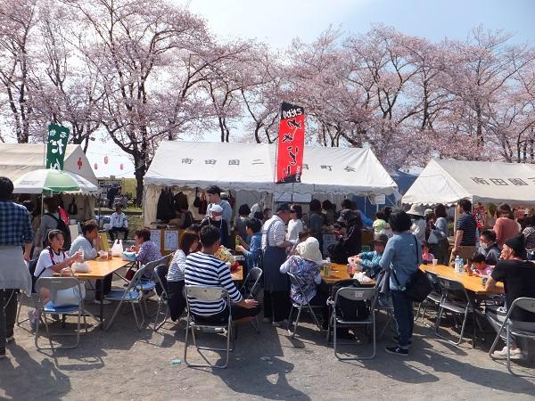 桜まつり町会模擬店の賑わい